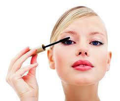 mujer poniendo maquillaje