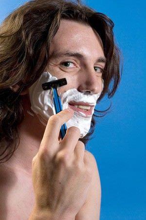 hombre afeitando la cara