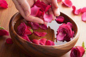 8 Usos del Agua de Rosas para la Belleza