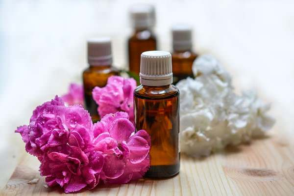 Utilice los aceites esenciales para una piel sana.