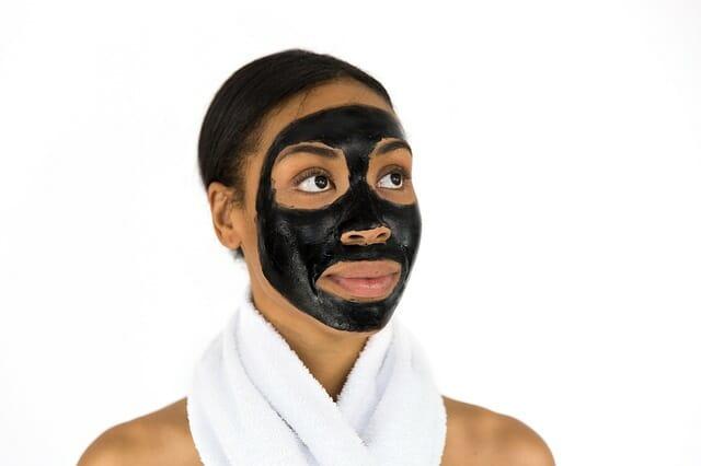 Mime su piel usando una rica mascarilla facial.